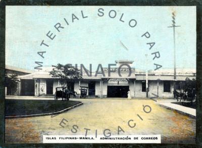 """Hombre y mujer frente a la """"administración de correos [de] Manila"""""""
