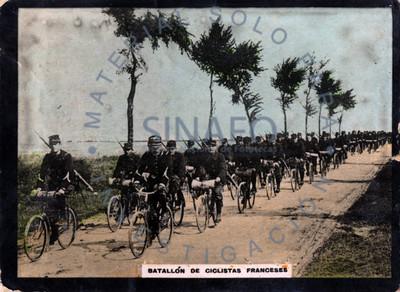 """""""Batallón de ciclistas franceses"""" transitan por un camino"""