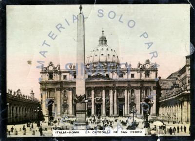"Gente pasea frente a ""la Catedral de San Pedro"""