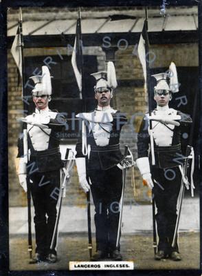 """""""Lanceros ingleses"""" alineados, sostienen banderas con sus brazos, retrato de grupo"""