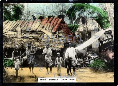 """Familia frente a """"casa india"""" en """"Bombay"""", retrato de grupo"""