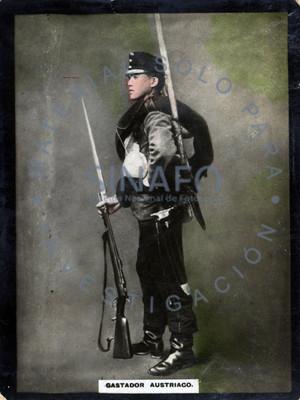 """""""Gastador austriaco"""" posa con su uniforme y rifle, retrato"""