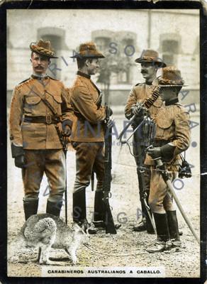 """Grupos de """"carabineros australianos"""" cargan trompetas y sujetan a canguro"""