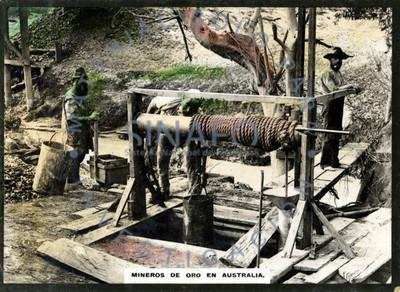 """Trabajadores junto a un malacate en una mina de """"oro"""""""