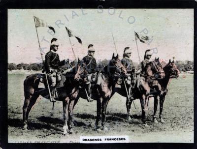 """""""Dragones franceses"""" montan a caballo en alineación"""