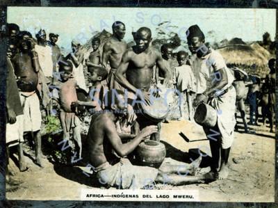 """Habitantes del """"lago Mweru"""" o Moero, tocan tambores rodeados por gente"""