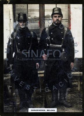 """Pareja de """"carabineros belgas"""" de pie, retrato"""