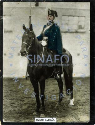 """""""Husar alemán"""" monta a caballo y posa para retrato"""