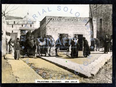 """Gente junto a camellos con carga en """"una calle"""" de """"Nazaret"""""""