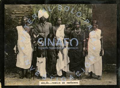 Grupo familiar de Sri Lanka posa para retrato