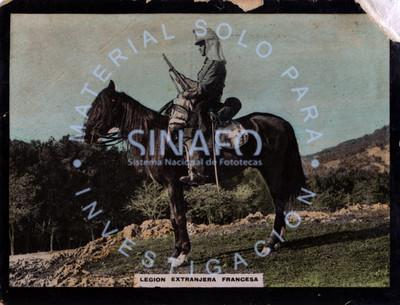 "Hombre perteneciente a la ""Legión extranjera francesa"" monta a caballo, retrato de perfil"