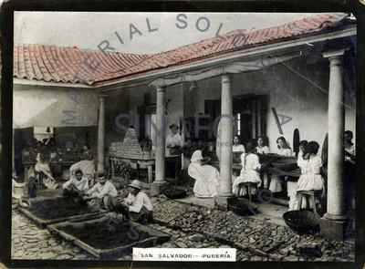 """Vista interior de una """"purería"""" en """"San Salvador"""""""