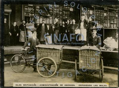 """Trabajadores de la """"administración de correos expidiendo las malas"""""""