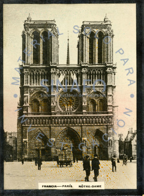 "Personas caminan frente a la Catedral de ""Nôtre-Dame"""