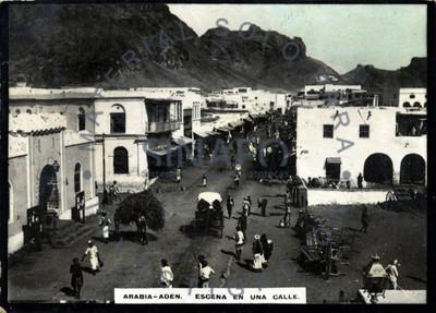 """Gente camina por una calle de """"Aden"""""""