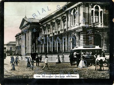 """Gente transita frente al edificio del """"Palacio Nacional"""" en """"San Salvador"""""""