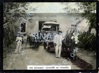 """Hombres y niños posan frente a una """"estación de tranvías"""" en """"San Salvador"""""""