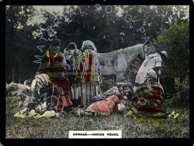 """Grupo indígena de """"Canadá"""" en un paraje boscoso, retrato de grupo"""