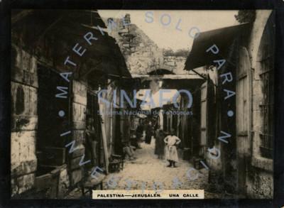 """Gente se asoma desde sus casas en una calle de """"Jerusalén"""""""