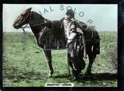 """""""Gaucho"""" junto a su caballo, retrato de perfil"""