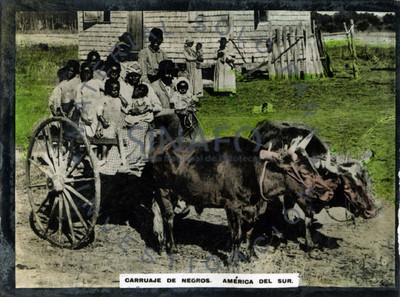 Grupo familiar abordo de carruaje tirado por bueyes