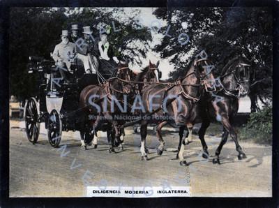 Mujer y hombres abordo de una diligencia tirada por cuatro caballos