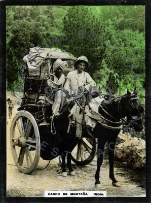 """Hombres abordo de un carro tirado por caballo en la """"India"""""""
