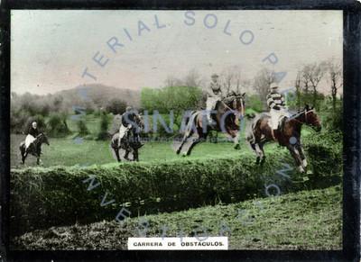 """Jockeys durante """"carrera de obstáculos"""""""