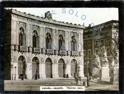 """Gente camina frente al """"Teatro Real"""" en Madrid"""