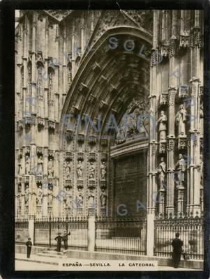 Personas frente a la fachada oeste de la Catedral de Santa María