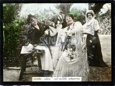 Mujeres posan para retrato en un jardín junto a un hombre que toca una guitarra