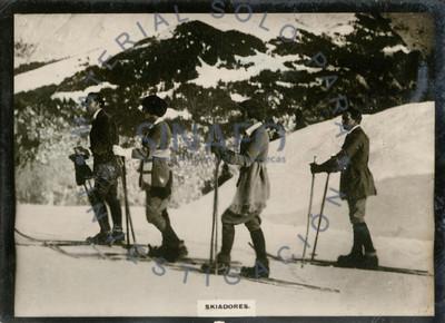 """""""Eskiadores"""" al pie de una montaña con nieve"""