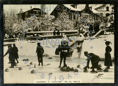Jugando curling sobre el hielo