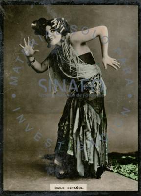 Bailarina sonríe y posa con ademanes, retrato