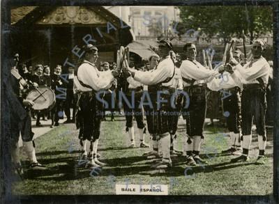 Bailarines portan palos y ejecutan danza española