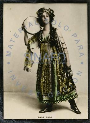 """Mujer posa para retrato con vestimenta de """"baile ruso"""""""