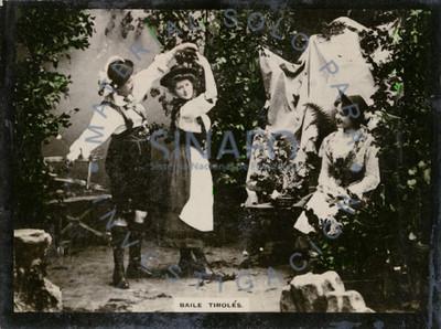 "Mujer observa a pareja de danzantes ejecutando ""baile tirolés"""
