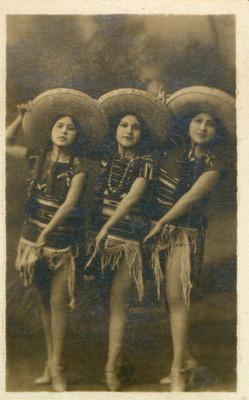 Hermanas Pérez con sombrero, retrato de grupo