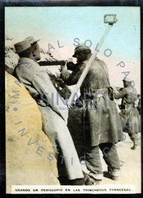 Usando un periscopio en las trincheras francesas