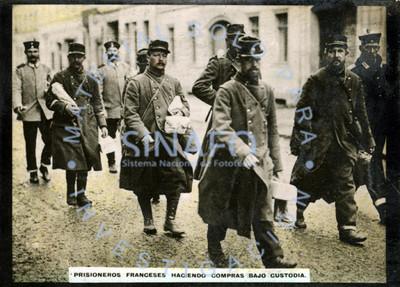 Prisioneros franceses haciendo compras bajo custodia