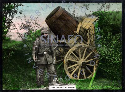 """""""Uniardid alemán"""" cañón camuflajeado y custodiado por un militar"""