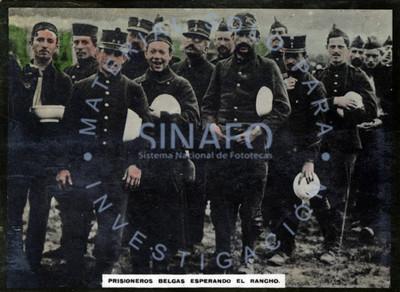 Prisioneros belgas esperando el rancho
