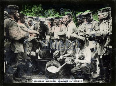 Soldados alemanes tomando el rancho