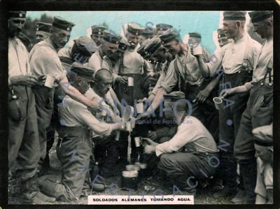 Soldados alemanes tomando agua