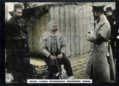 Oficial alemán integrando prisioneros turcos