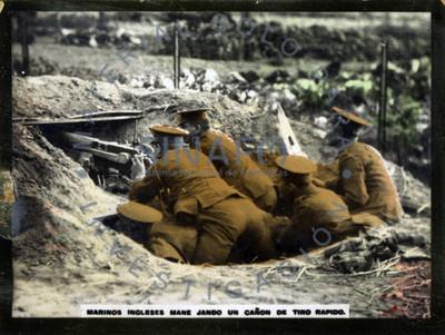 Marinos ingleses manejando un cañón de tiro rápido