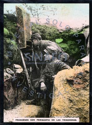 Franceses con periscopio en las trincheras