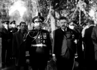 Ignacio Suárez en compañía de funcionarios, retrato