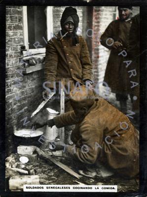 Soldados senegaleses cocinando la comida