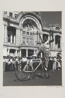 Ciclista actuando en Bellas Artes (exterior)